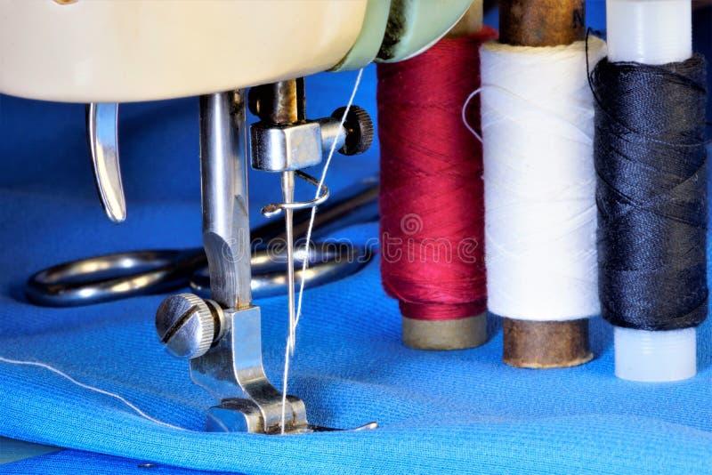 Nähen auf der Nähmaschinekleidung hergestellt vom Gewebe Nähmaschine näht Schneiderfaden des unterschiedlichen Farbgewebes, stick stockfoto