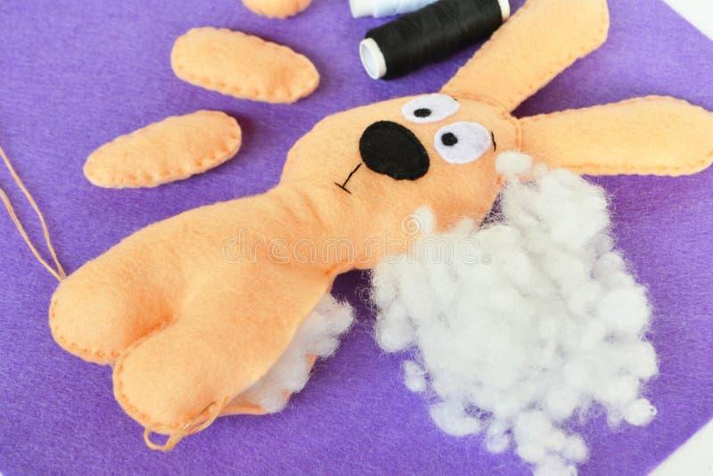 Nähen gesetzt für Filzkaninchen - wie man handgemachtes Spielzeug herstellt lizenzfreie stockbilder