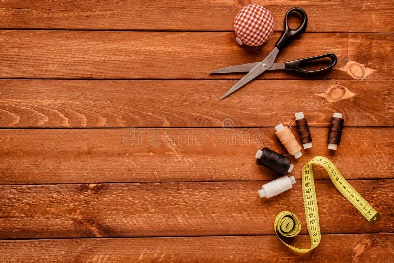 Nähen und Gegenstände für das Nähen Ansicht von oben lizenzfreie stockbilder