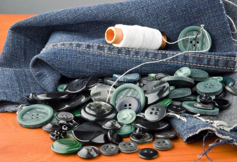 Nähende Jeans stockbild