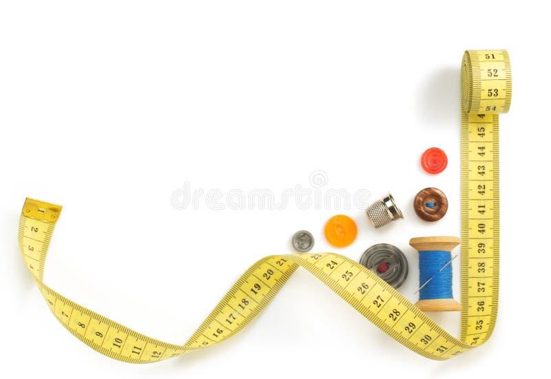 Nähende Werkzeuge und messendes Band auf Weiß lizenzfreies stockbild