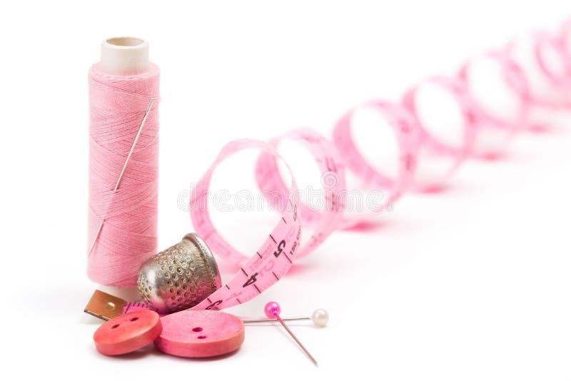 Nähendes Zubehör: Thread, Nadel und Muffe lizenzfreies stockbild