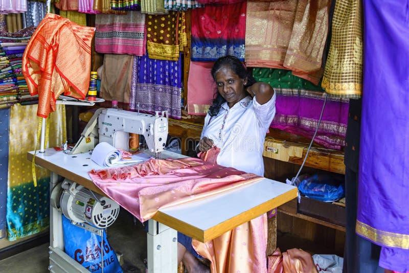 Näherin in zentralem Markt Kandys, Sri Lanka stockfotos
