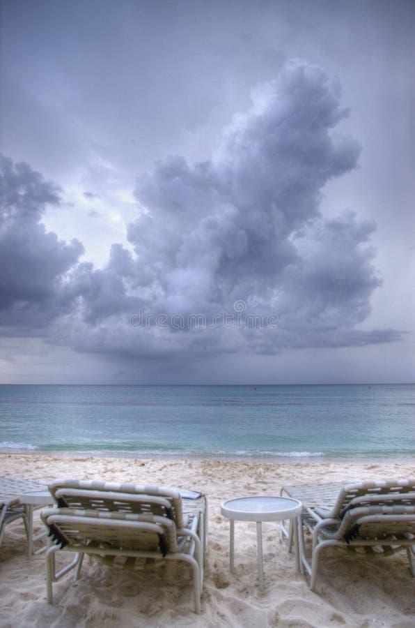 Nähernde Wolken über karibischem Meer stockfotos
