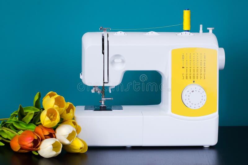 Nähmaschine auf Tabelle in der Werkstatt lizenzfreie stockfotos