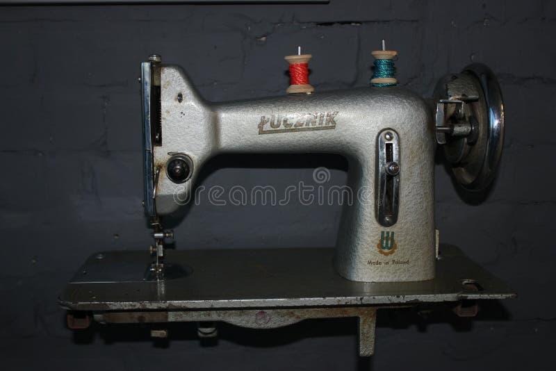 Nähmaschine der Weinlese für Plakat, Logo, broshure Retro- Konzept der Mode und der Art lizenzfreie stockfotos