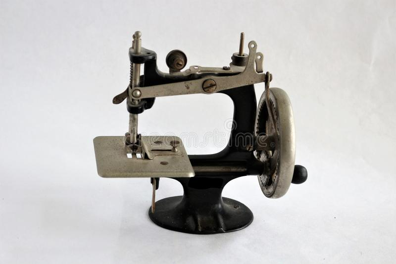 Nähmaschine des antiken manuellen Kurbels lizenzfreies stockfoto
