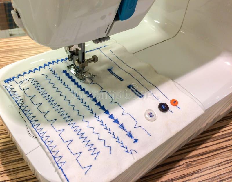Nähmaschine, Die Blaues Muster Macht Stockbild - Bild von gewebe ...