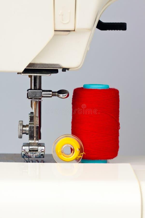 Nähmaschine und Bandspulen mit Gewinde lizenzfreies stockbild