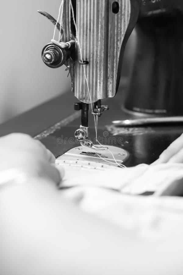 Nähmaschine und Hand lizenzfreies stockfoto