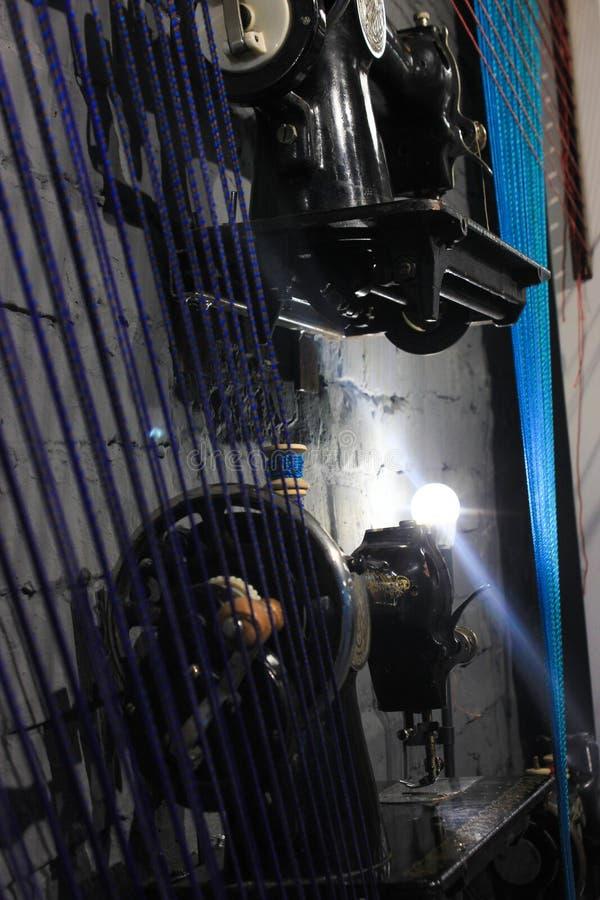 Nähmaschinen, Arbeitsplatz, dunkler Hintergrund mit einem Lampenlicht, Modekonzept, handgemacht lizenzfreie stockfotos