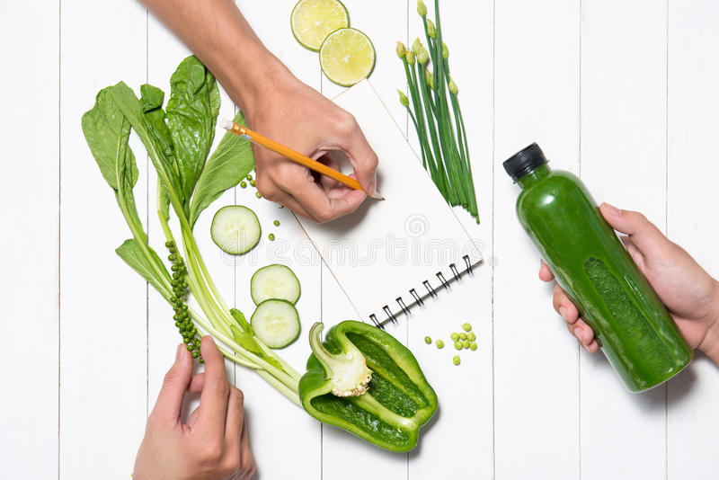 Nähren Sie Plan, Menü oder Programm mit frischem organischem grünem Gemüse a lizenzfreies stockbild