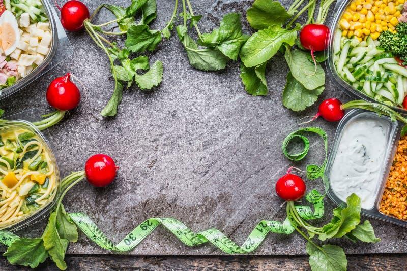 Nährendes Konzept Verschiedene saubere Salatschüsseln mit grünem messendem Band auf rustikalem Hintergrund, Draufsicht, Rahmen Ge stockfotos