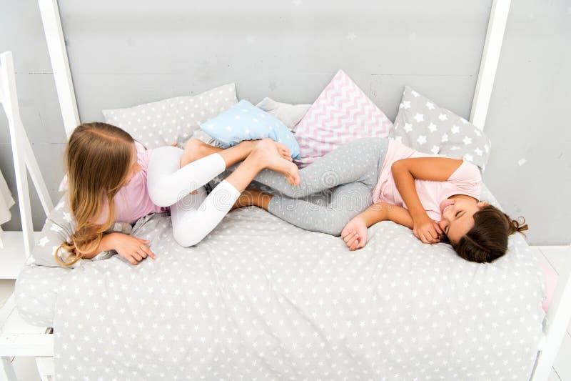 Nähste Freunde Pyjamapartei Mädchenschwestern, die Spaß haben Scherzendes zu Hause lachen der Schwestern Gemütliches Gespräch Sch stockfotografie