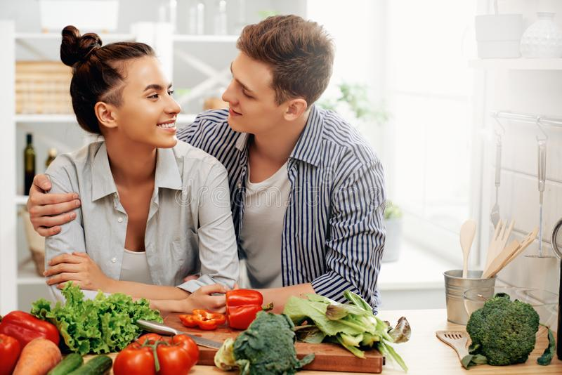 När du älskar par förbereder det riktiga målet fotografering för bildbyråer