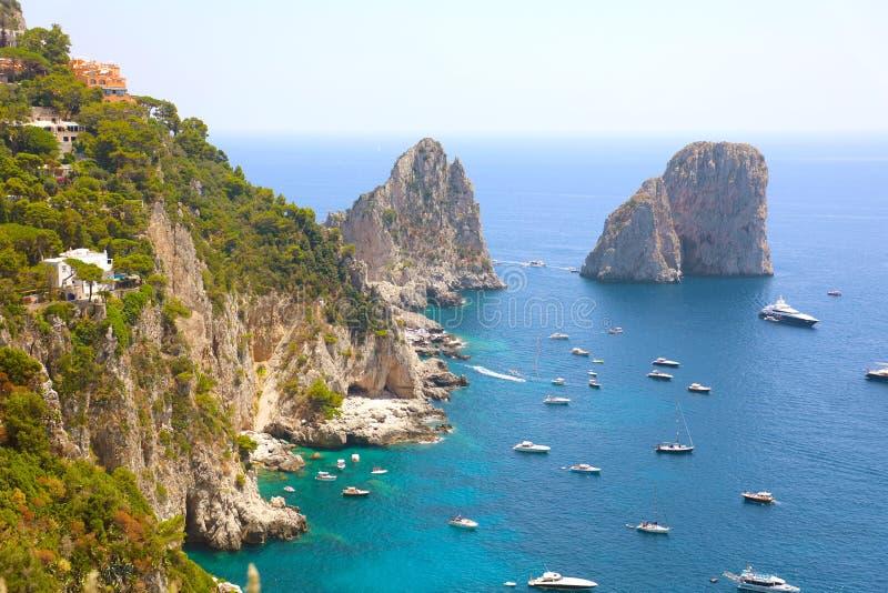 När du bedövar sikt av den Capri ön i en härlig sommardag med Faraglioni vaggar Capri, Italien royaltyfria foton