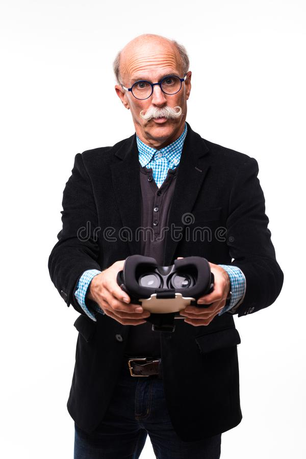 När du ler den uppsökte åldriga mannen i VR-hörlurar med mikrofon ger vr som isoleras på vit arkivfoto