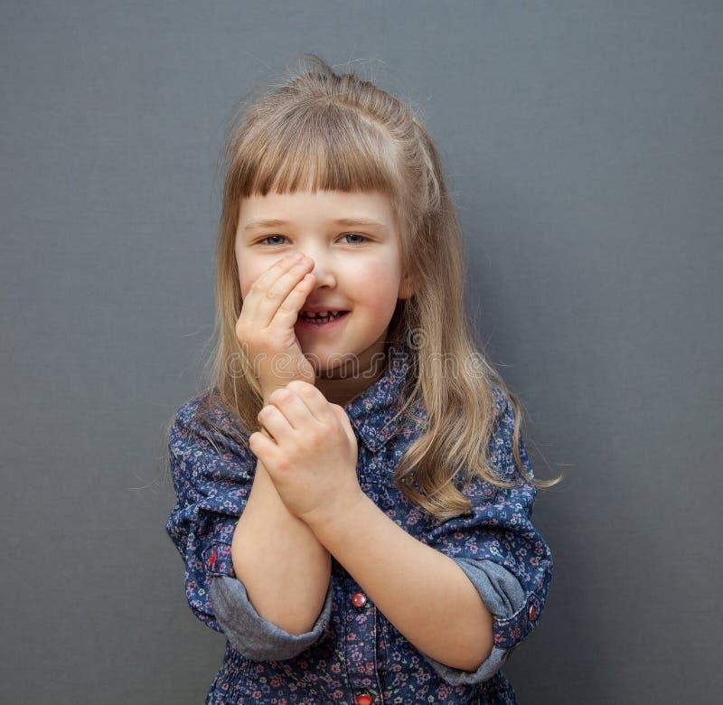 När du ler lilla flickan har en hemlighet arkivbilder