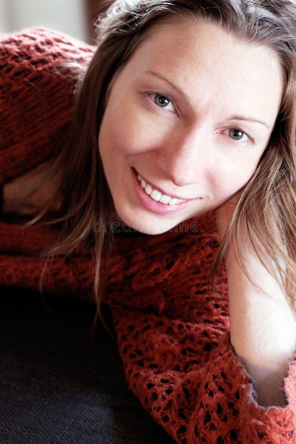 När du ler romantisk avslappnande lycka för kvinna på en soffa semestrar ingen spänning arkivbilder