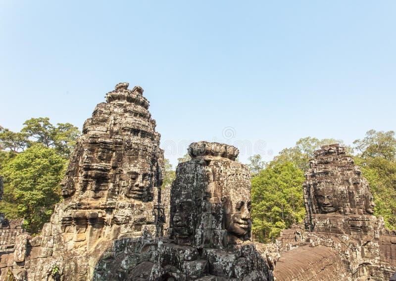 När du ler stenen vänder mot torn, den Bayon templet, Angkor Thom, Siem Reap, Cambodja royaltyfria foton