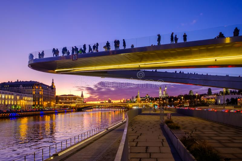 'När du skjuta i höjden bron 'med folk ovanför Moskvafloden i parkerar 'Zaryadye 'nära röd fyrkant Landskap med nattsikt royaltyfria bilder
