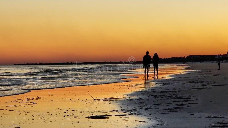 När kullarna på stranden dess inte så dåliga gå över royaltyfria bilder