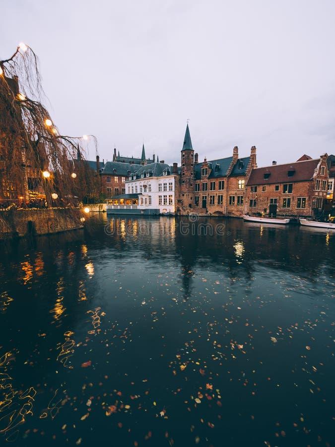När natten kommer i Brugge fotografering för bildbyråer