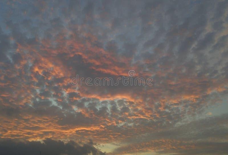 När solnedgången blir, älskar jag för att se himlen arkivbilder