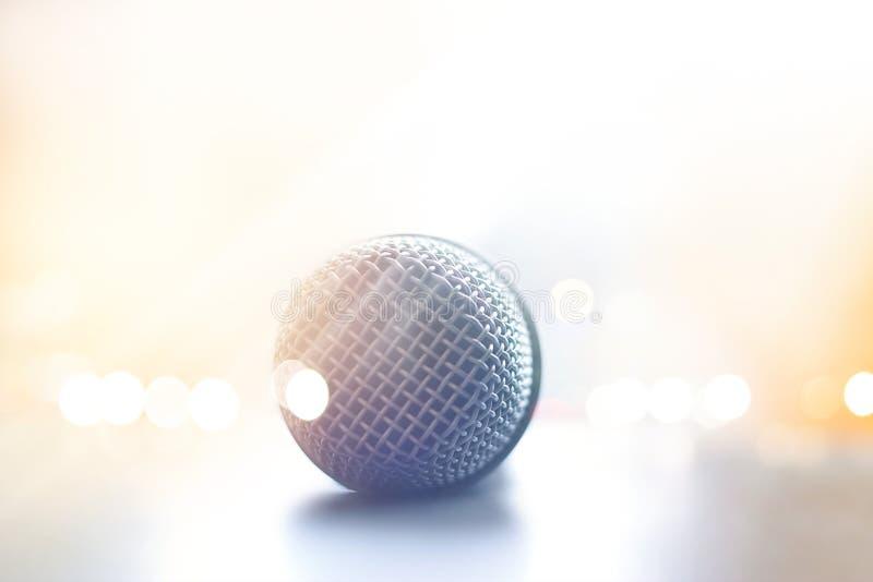 Nära ärlig sikt av mikrofonen i konserthall på golvetapp royaltyfri foto