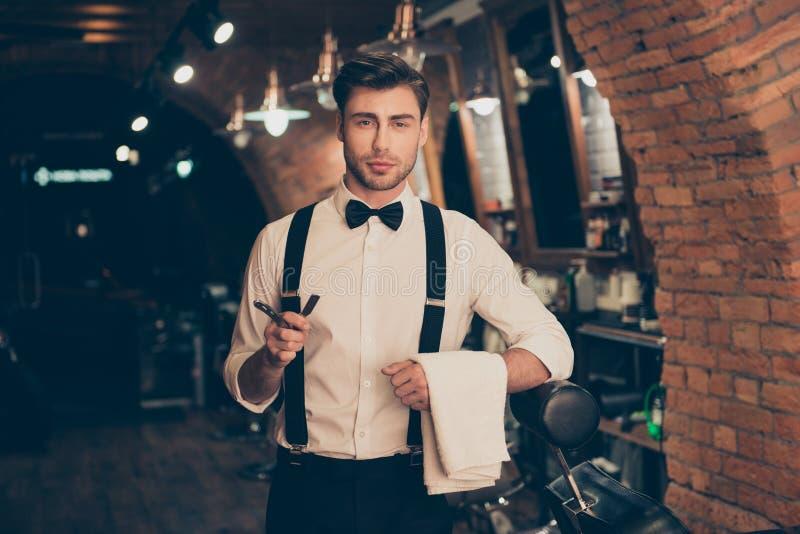 Nära ärlig siktsfotostående av den stiliga säkra lyxiga attraktiva stilfulla drömlika mannen Han bär vit klassisk shir arkivbilder