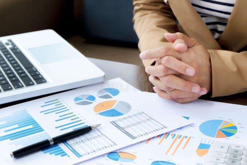 Nära övre affärsledare som arbetar med bärbara datorn dokument för data i formell likformig på kontoret arkivbild