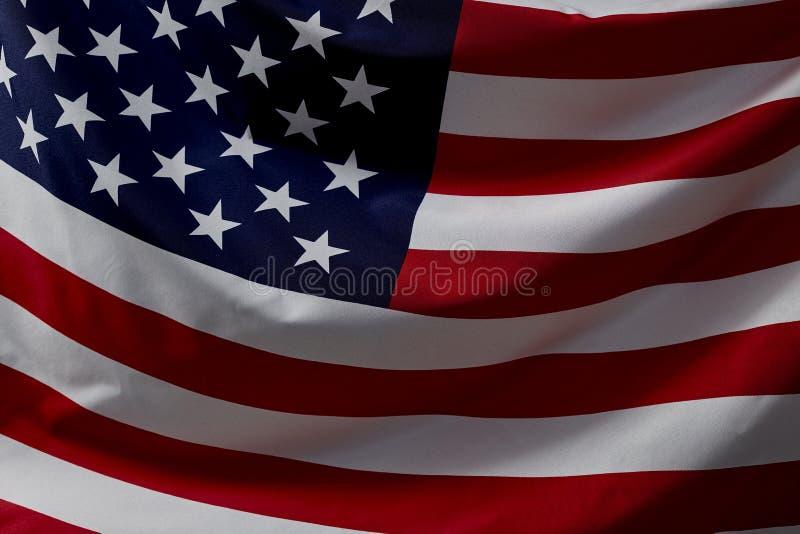 Nära övre amerikanska flagganvåg royaltyfri bild