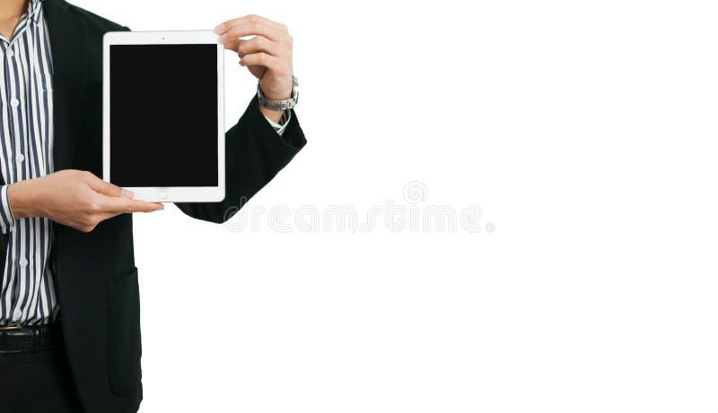 Nära övre bild av affärsmannen som rymmer en digital minnestavla i vit isolerad bakgrund arkivfoto