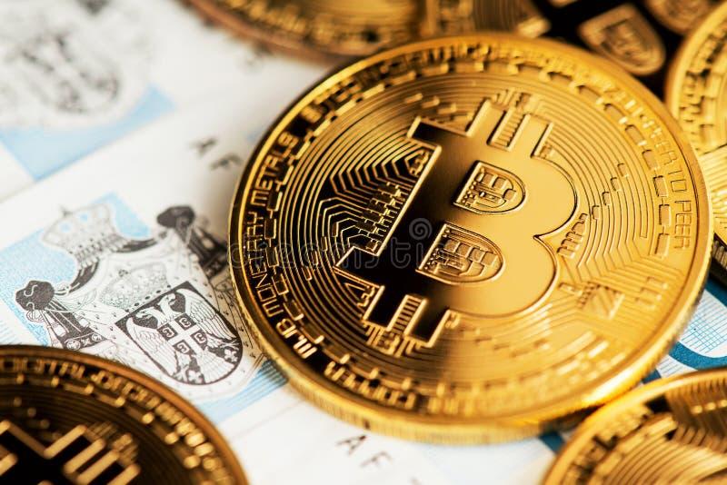 Nära övre bild av bitcoincryptocurrencyen med serbiska dinarsedlar Bakgrund med cryptocurrencybitcoin på serbisk dinar arkivbild