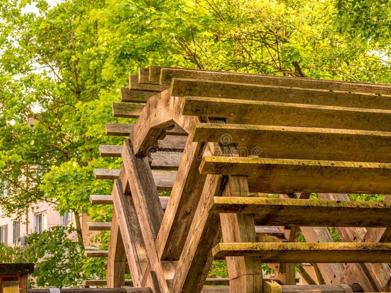Nära övre bild av den gamla traditionella träkvarnhjulet arkivfoton