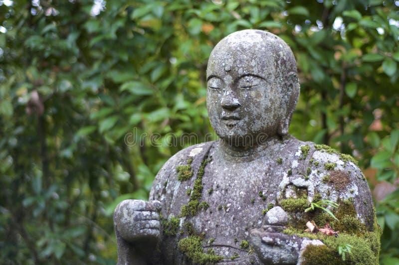Nära övre bild av den härliga Buddhastatyn i den Eikando templet i Kyoto royaltyfri foto