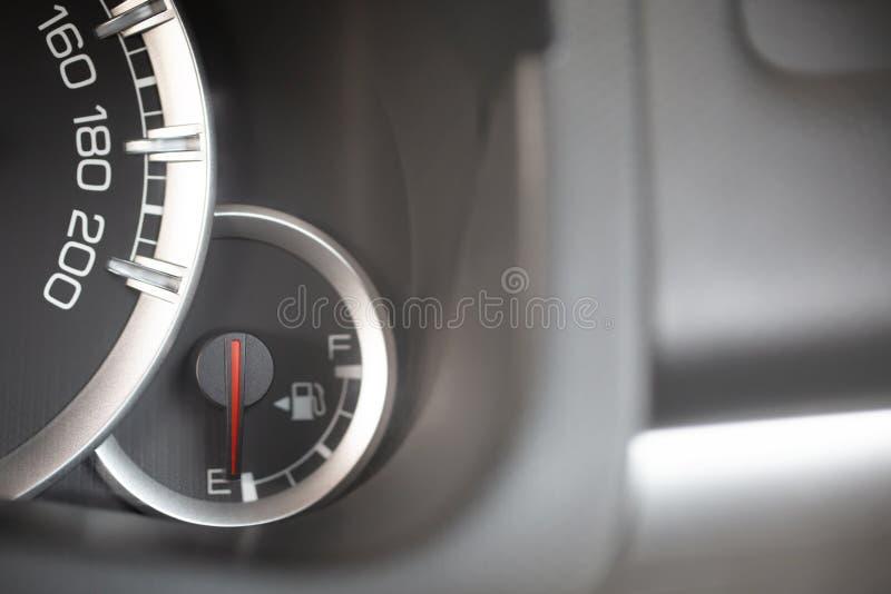 Nära övre bild av en bils metern för bränslemått royaltyfria foton