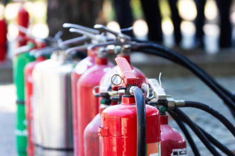 Nära övre brandsäkerhet ställde in olika typer av eldsläckare som utomhus förlades arkivfoton