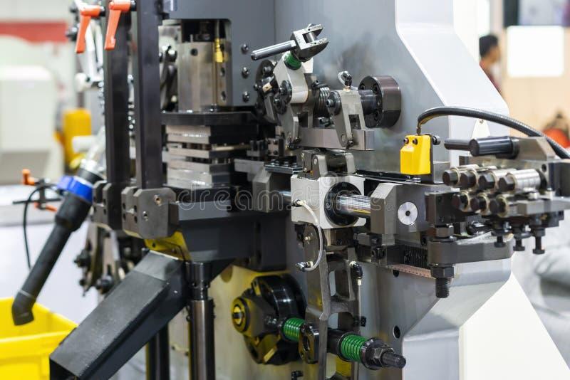Nära övre detalj av automatisk cylindermatning av för avsiktmetall för hög exakthet mång- böja för ark eller den fortlöpande bild royaltyfri fotografi