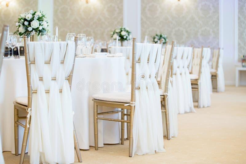Nära övre detalj av mötesplatsen för stolgarneringbröllop arkivbild