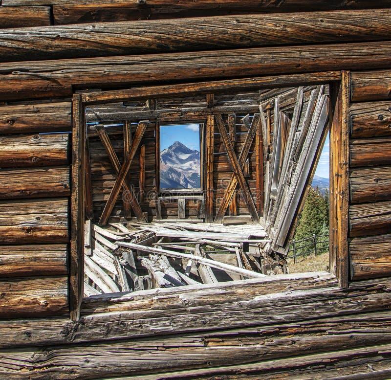 Nära övre fönstersikt från en gammal västra spökstad i Colorado arkivbilder