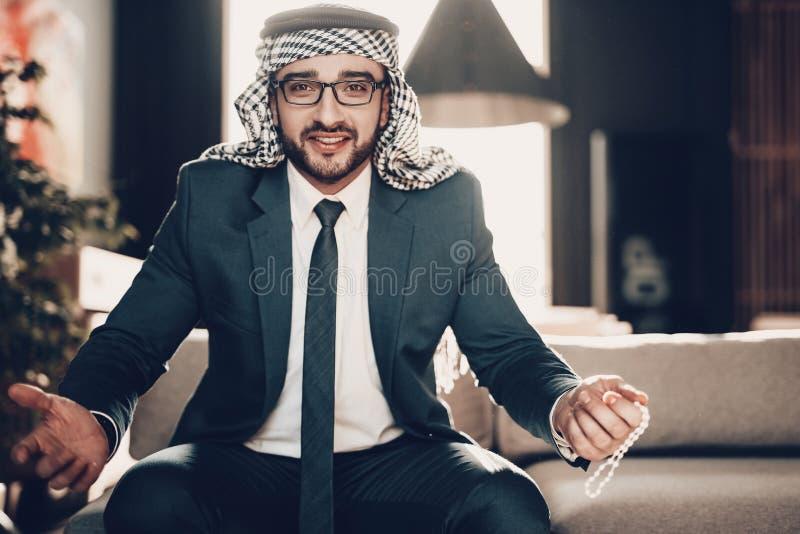 Nära övre foto av arabiska kast upp hans händer fotografering för bildbyråer