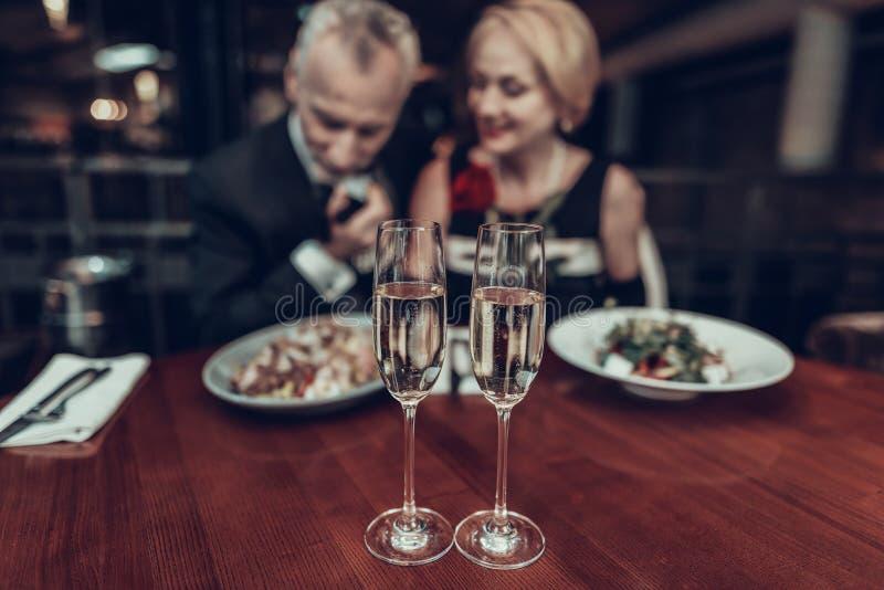 Nära övre foto av champagneexponeringsglas och vänner arkivbild