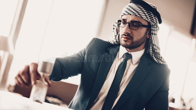 Nära övre foto av det arabiska seende timglaset royaltyfria foton