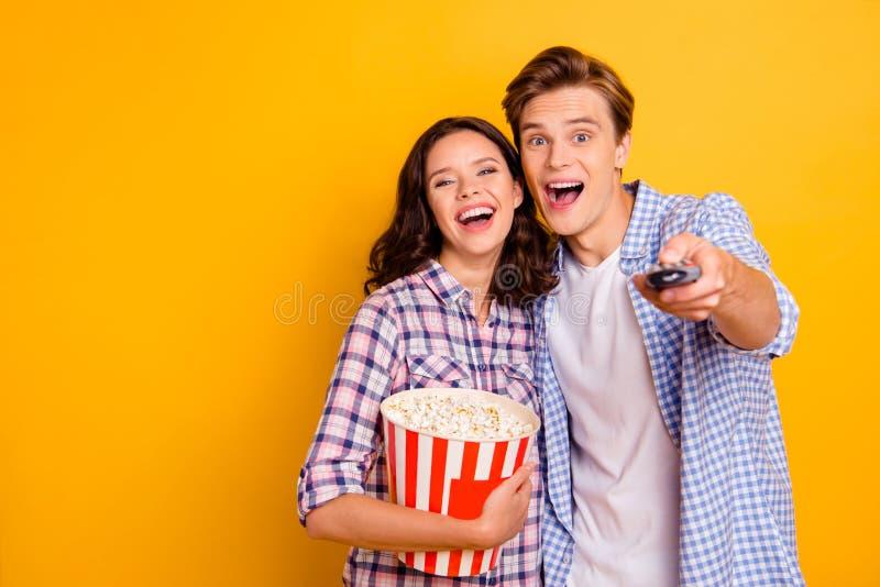 Nära övre foto av par glatt från glädje honom honom som är hans henne hennes damgrabb som väljer kanalen för hållande ögonen på b arkivbild