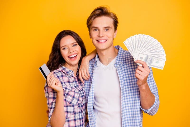 Nära övre foto av parfanen av bockar och kreditkorten i händer honom honom som är hans henne hennes dampojke som är klar till det royaltyfri foto