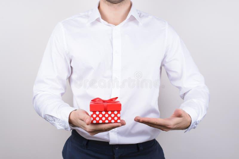 Nära övre foto av stiligt lyckligt manligt charma i den klara klassiska flotta chic skjortamannen för formalwear som rymmer litet arkivbild