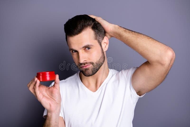 Nära övre foto som förbluffar honom honom hans propra skäggstubbfurfur för macho perfekt idealt utseende som råder krimskrams för royaltyfri foto