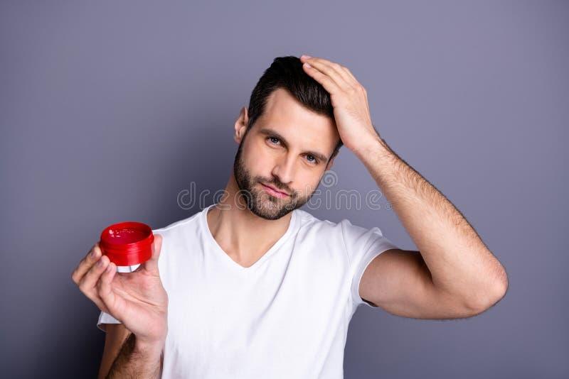 Nära övre foto som förbluffar honom honom hans propra skäggstubbfurfur för macho perfekt idealt utseende som råder krimskrams för arkivfoto