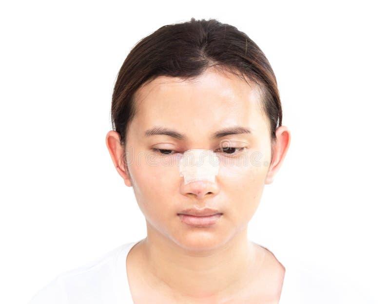 Nära övre framsida av den asiatiska kvinnan med näsplastikkirurgi för skönhet och kosmetisk conept, vit bakgrund arkivfoton